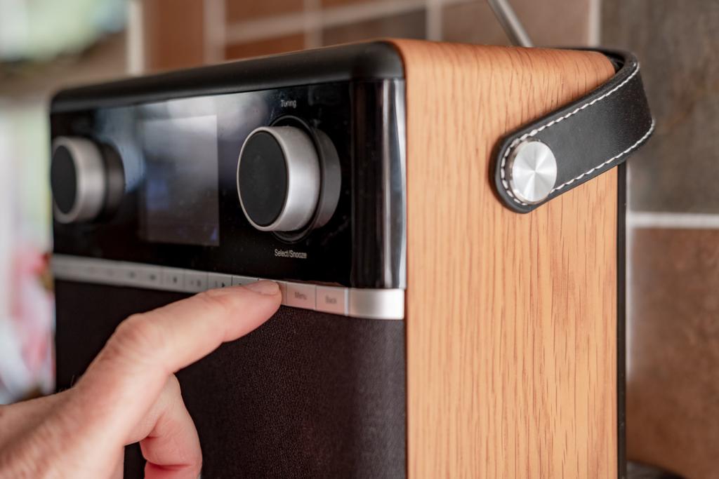 Bedienung eines Küchenradios